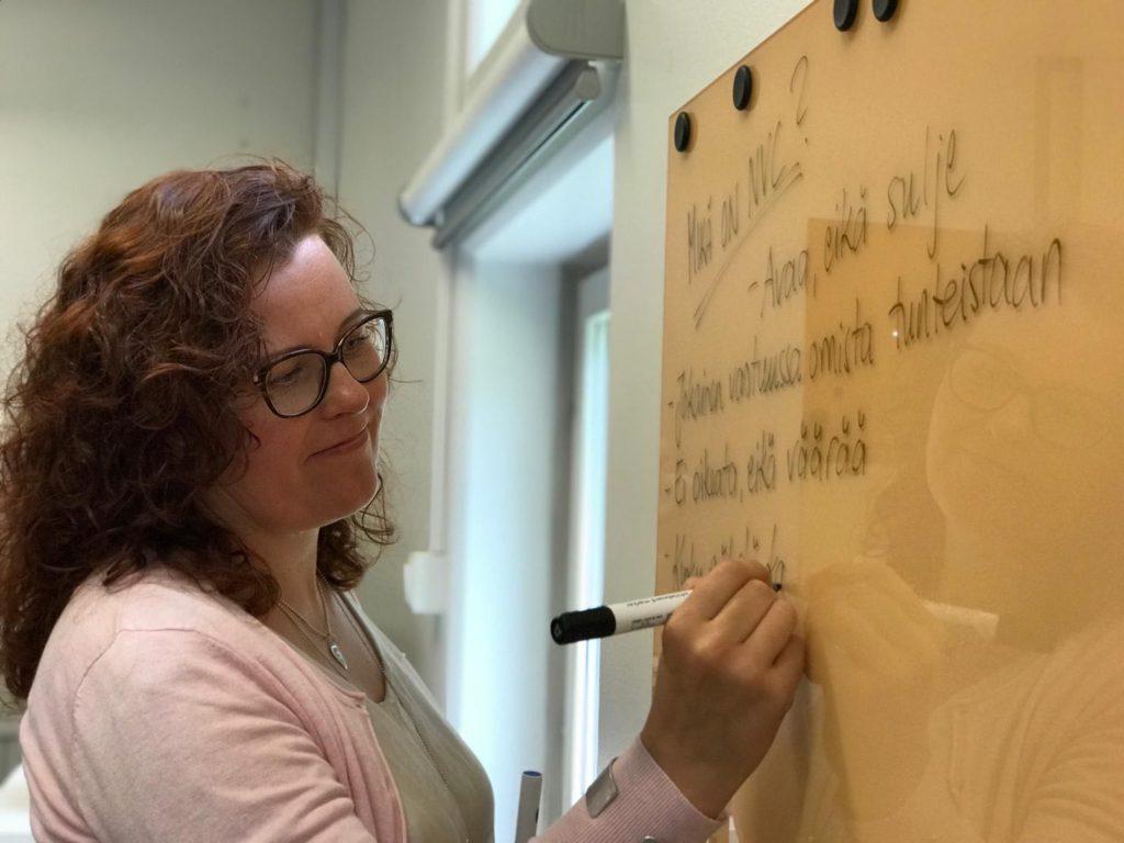 Anne-Mari Jääskinen on myös tietokirjailija, taideterapiaohjaaja, rakentavan vuorovaikutuksen ohjaaja (RVO) sekä ratkaisukeskeinen neuropsykiatrinen valmentaja.