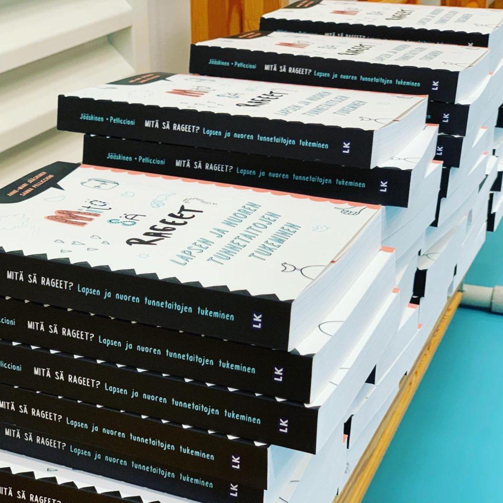 Mitä sä rageet? on kirja kasvattajille tunnetaitojen tukemisesta. Kirja sisältää yli 50 tunnetaitoharjoitusta.