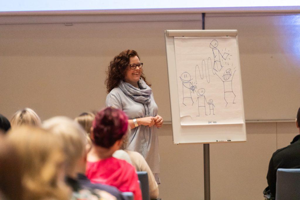 Anne-Mari Jääskinen on Tunne & Taidan perustaja ja Lasten ja nuorten tunnetaito-ohjaajakoulutuksen, LTTO, luoja.